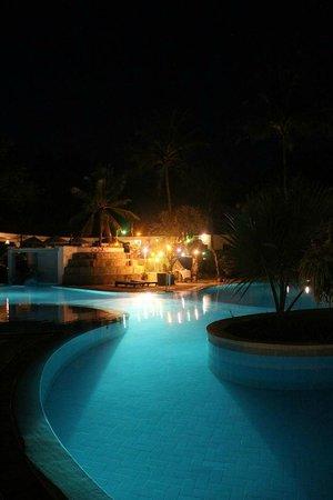 Diani Sea Resort: Pool at night