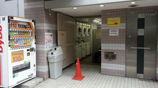 Sakura Hotel Ikebukuro: laundry area , 100 yen coins needed