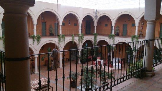 Hacienda Montija: interior del hotel,  es como un patio (foto de día)
