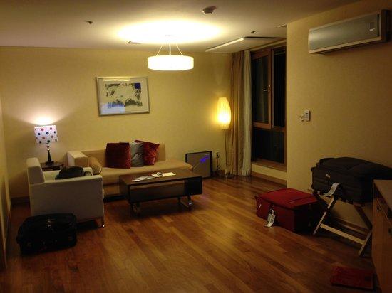 Ocean Suites Jeju Hotel: Living area