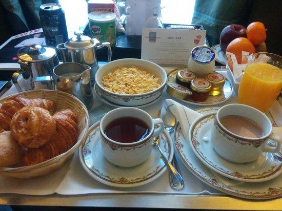 Hotel California Paris Champs Elysees: petit déjeuner en chambre