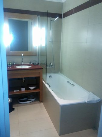 Hotel California Paris Champs Elysees: salle de bain