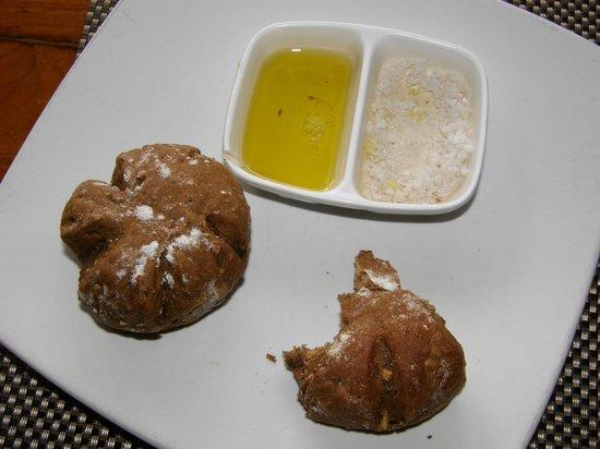 Puri Wirata Dive Resort and Spa Amed: Местные горячие булочки с маслом и солью