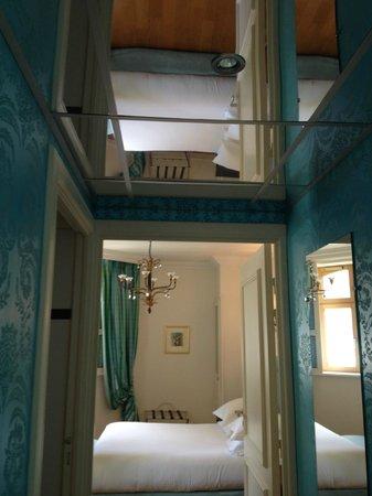 Le Château de Beaulieu: The wonderful mirrored entrance to the room
