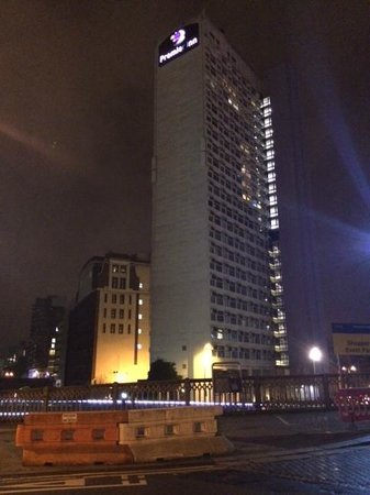 Premier Inn Manchester City Centre (Arena/Printworks) Hotel : Hotel at night