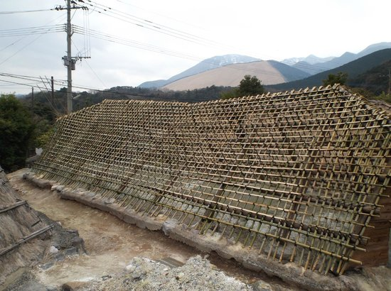 Myoban Onsen : 製造する小屋を建てかけ途中。