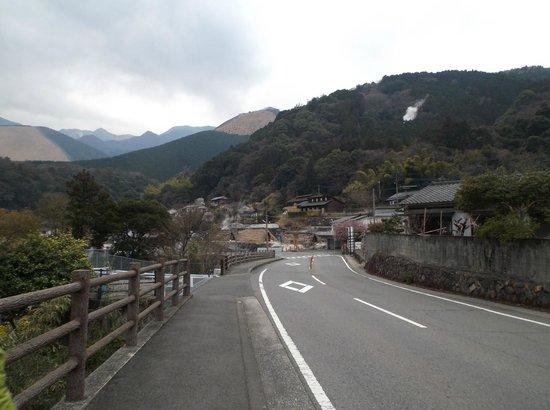 Myoban Onsen : 湯の里入口から明礬地獄・岡本屋売店方向を見ます。
