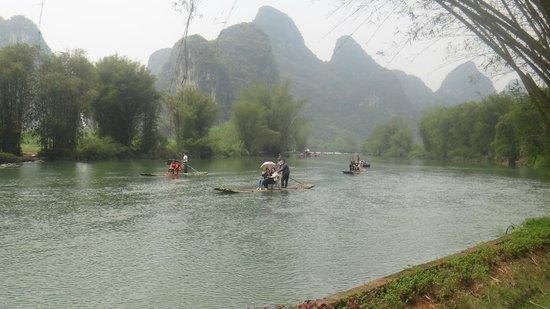 Yangshuo Mountain Retreat : Bamboo rafting people early morning