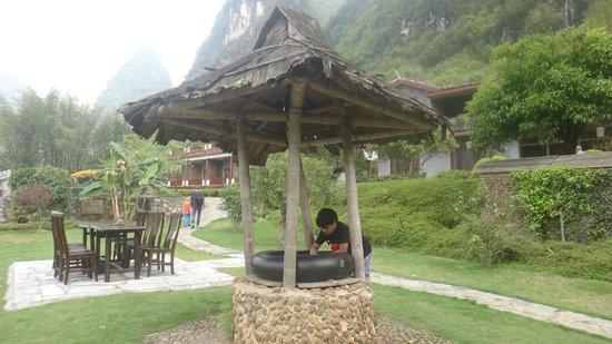 Yangshuo Mountain Retreat : Outside dining area