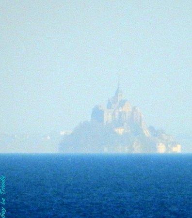 Le mont St Michel dans la Brume vu du GR 34 entre Cancale et St Malo
