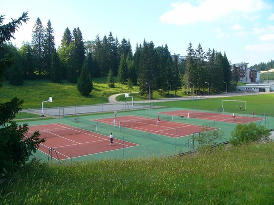 Terrain de tennis photo de village vacances lamoura for Taille d un terrain de tennis