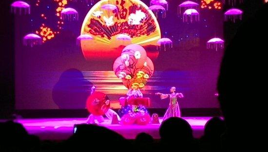 Chaoyang Theater : Parasol Juggler