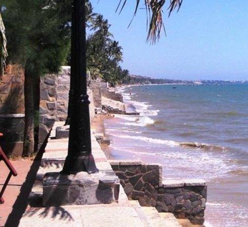 Mui Ne Resort by The SinhTourist: Вот такой пляж во время отлива. В прилив еще хуже