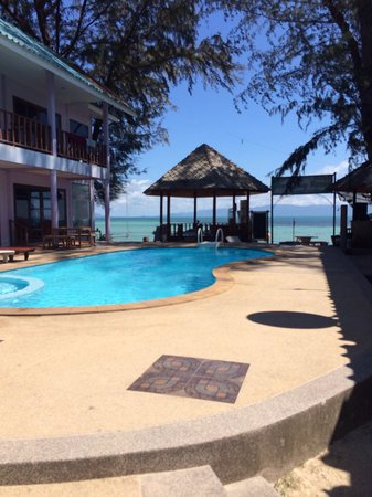 Phangan Great Bay Resort : Piscine vu sur la mer