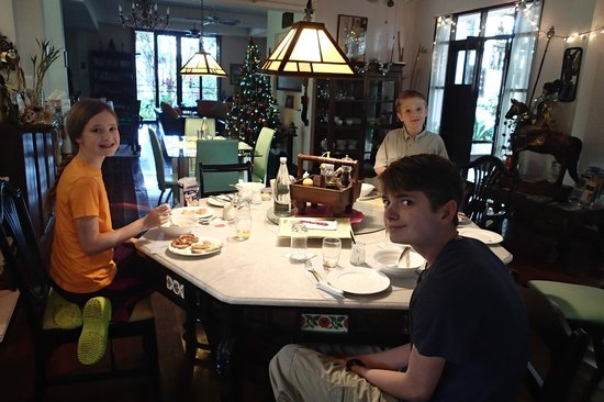 Dreamcatchers B&B : Kids having breakfast