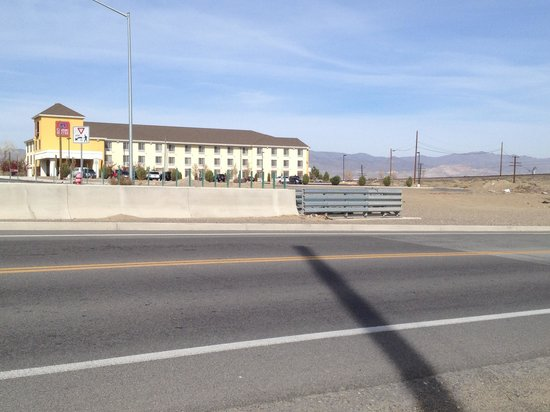 Comfort Suites: Long shot of the hotel's proximity to the tracks.