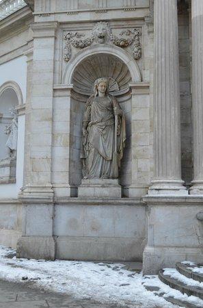 Albertina: Скульптура перед входом в музей