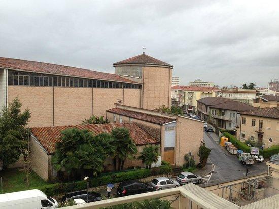 Hotel Terme Helvetia : вид из номер на городскую церковь