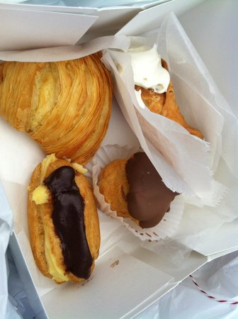 Carlo's Bakery : Cannoli eclairs all good!