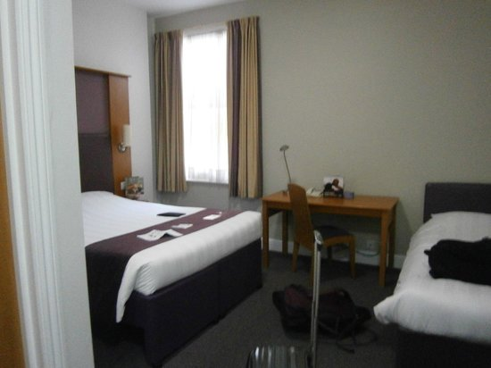 Premier Inn London Kensington (Olympia) Hotel: Room was a reasonable size for two adults.