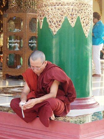 Shwedagon-Pagode: Monks at rest