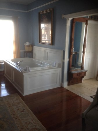 Bayfront Marin House Historic Inn : Whirlpool tub for 2 in room