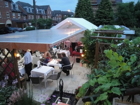 Longview Hotel : Garden with outdoor seating
