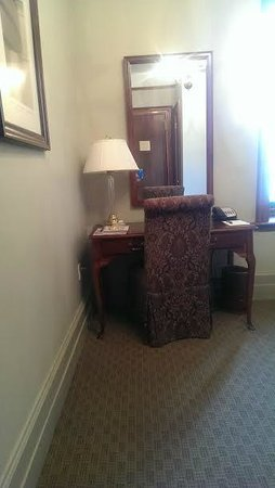 Hotel Wales: Desk, sitting area