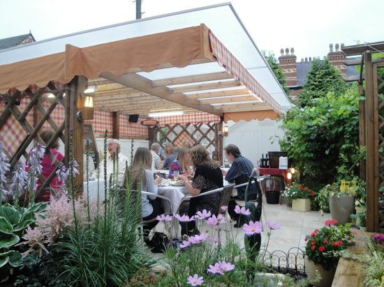 Longview Hotel : Outdoor garden and seating area