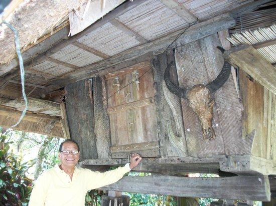 Banaue Hotel and Youth Hostel : Ifugao hut down at back of hotel