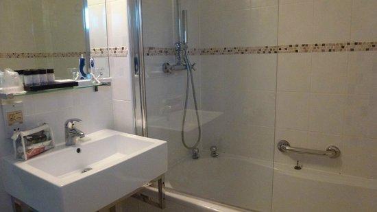 Crouchers Hotel: Bathroom