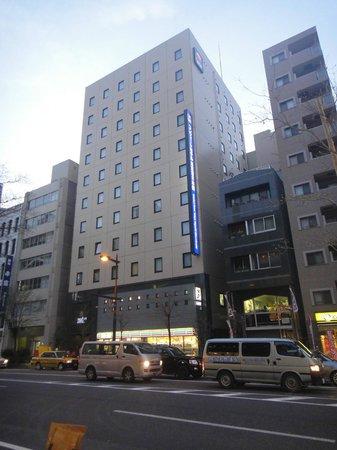 Comfort Hotel Tokyo Higashi Nihonbashi : Vue extérieure de l'hôtel de la rue