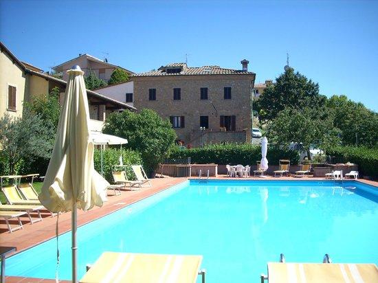 Hotel Villa Nencini: Vista della piscina e del corpo vecchio della villa
