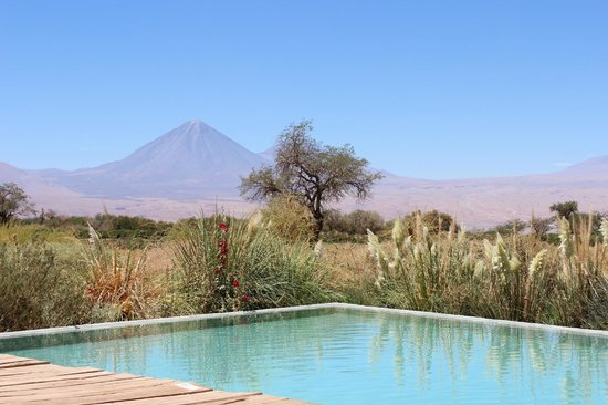 Tierra Atacama Hotel & Spa: View of the volcano from the pool
