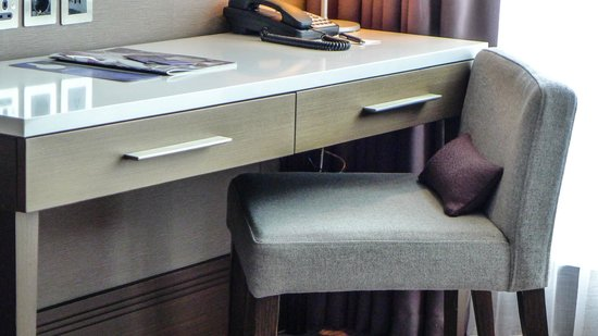 Radisson Blu Royal Hotel, Dublin: Our writing desk in room