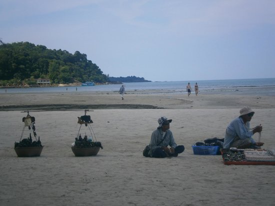 Centara Koh Chang Tropicana Resort : Beach Sellers