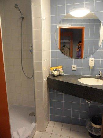B&B Hotel Baden-Airpark : bathroom