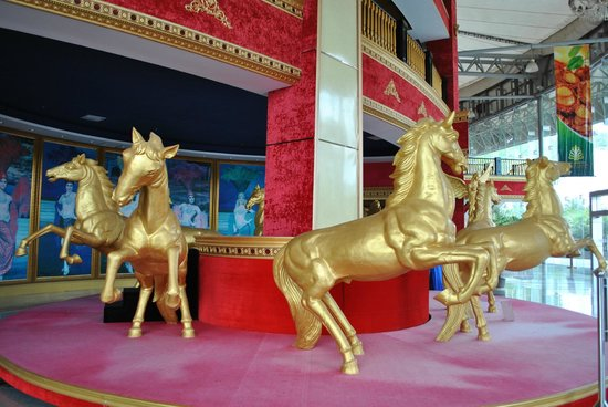 Sanya Beauty Crown Cultural Exhibition Center: В фойе центра.