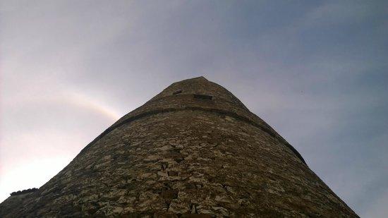 Vue du bas de l'ancienne tour du rampart disparu du château de Saint-Victor-La-Coste