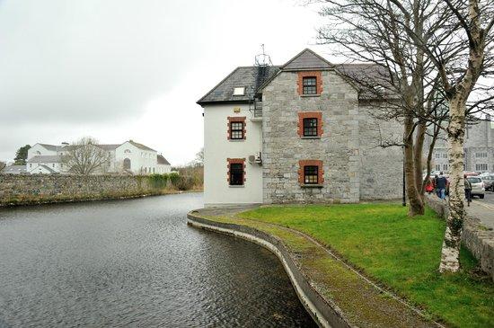Galway Cathedral: 大聖堂近くの水辺が綺麗だったので思わず…