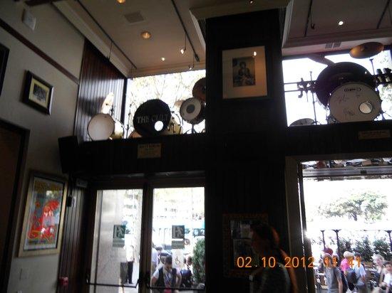 Hard Rock Cafe Barcelona: instrumenten geschonken aan het Hard Rock Café