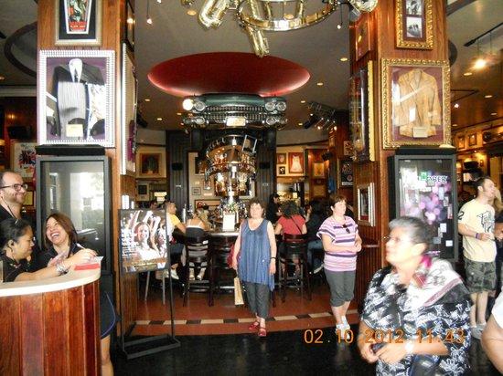 Hard Rock Cafe Barcelona : de ingang, toen helaas is de wagen er niet meer