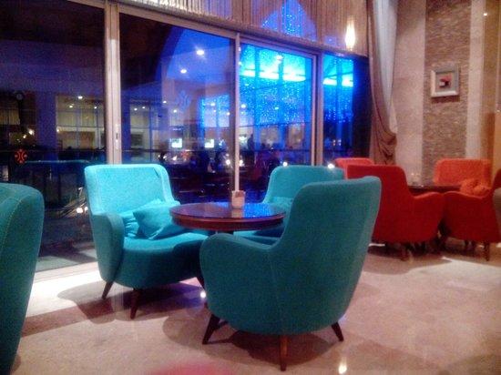 Miracle Resort Hotel: lobby at night