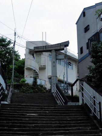 One-legged Torii: 階段の上に建つ山王神社二の鳥居