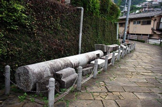 One-legged Torii: 爆風で吹き飛ばされた鳥居です