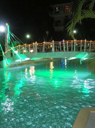 Sasco Blue Lagoon Resort: вечером у бассейна