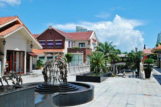 Huayu Resort and Spa Yalong Bay Sanya: Торговая улица.