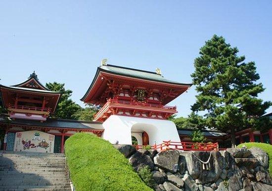 Akama Shrine: 竜宮城みたいです。