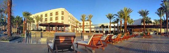 Hilton Luxor Resort & Spa: pool side