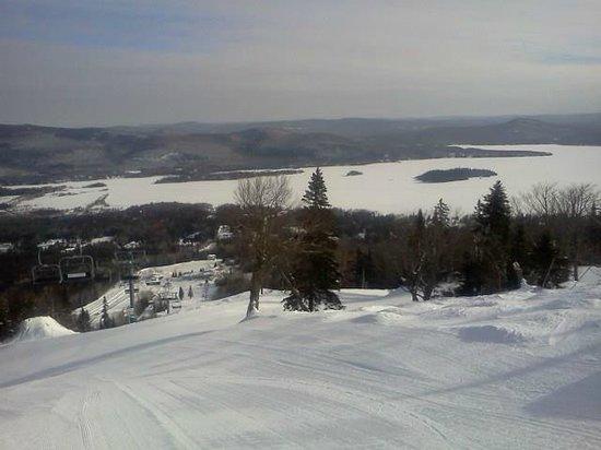 Saint Donat, Canada: Un matin de semaine en haut de la montagne Ski La Réserve à Saint-Donat, Québec, Canada.